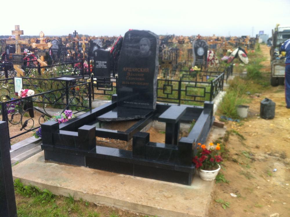 гранитные памятники на могилу таблички двор